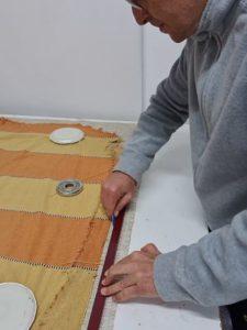 Usando la plantilla para el corte de la tela